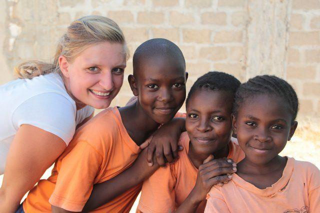 Kijk dan wat een ogen! Afrikaanse kinderen zijn echte knapperds! En vrijwilliger Cindy misstaat er niet tussen :-)