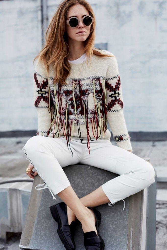 The Blonde Salad blogger combineert de simpele loafers met grove profielzool uit de Nouveau Preppy trend met een witte skinny jeans en opvallende sweater voor een modische day-to-day herfst look.
