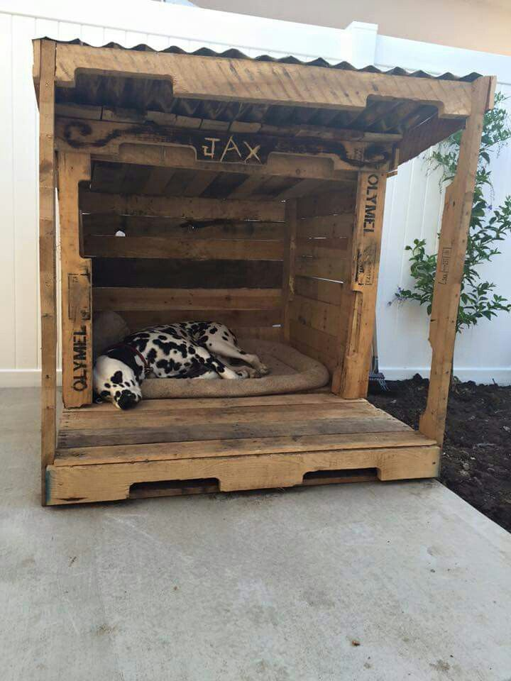 Dog house out of pallets , looks like a nice place to lay on a nice day.
