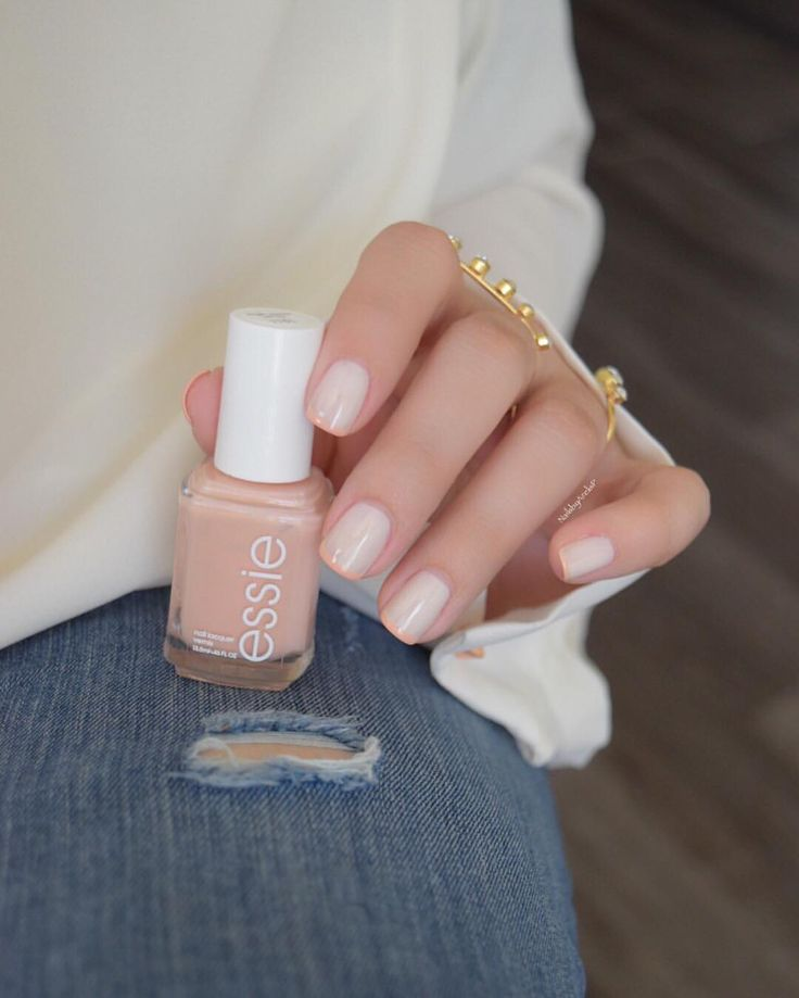 Base coat: Essie Millionails -2 coats of Essie Marshmallow -French Tips with Essie High Class Affair from the Spring 2016 Collection. -1 coat of Essie Mademoiselle -Top Coat Essie Gel Setter