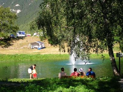 Bramans, in de franse alpen, camping rondom de dorpskerk