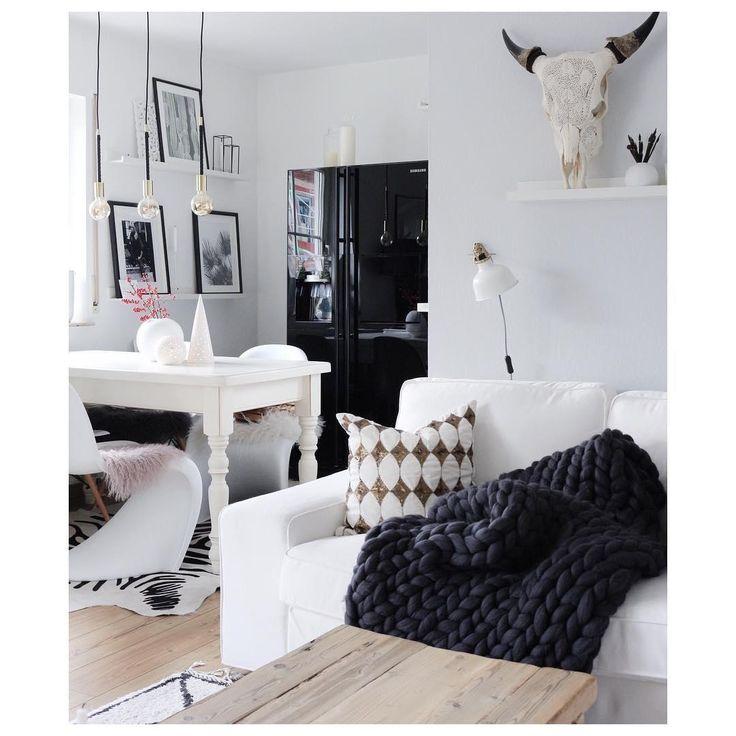 Unsere neueste Masche in Sachen stilvoll relaxen: Grobstrick muss es sein! Chunky Knit Plaids, also Grobstrick-Decken, sind momentan das große Instagram-Thema und wecken überall ganz große Gefühle! Ob beim Netflix-Marathon auf der Couch oder als Blickfang-Überwurf auf dem Bett – die handgefertigten Plaids sind stylishe Hingucker und halten wunderbar warm. Einfach perfekt für die kalten Tage! // WohnzimmerIdeen Deko Einrichten Sofa Esszimmer Schwarz Weiss Boho #WohnzimmerIdeen @touch.of.boho
