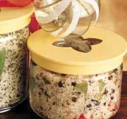 Sale alle erbe Ingredienti: per circa 1/2 chilo sale grosso marino g 500 - rosmarino g 10 - timo g 10 - salvia g 10 - maggiorana g 10 - uno spicchio d'aglio. Tempo: circa 10' Tritate le erbe con l'aglio e mescolate il tutto con il sale. I sali aromatizzati si conservano a lungo nei vasi ben chiusi e sono di uso quotidiano.