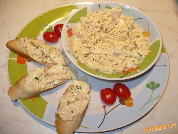 Vejce,šunku a cibulku pokrájíme na drobno,přidáme sýry a majolku,dáme vychladit.<br>Mažeme na veku n...