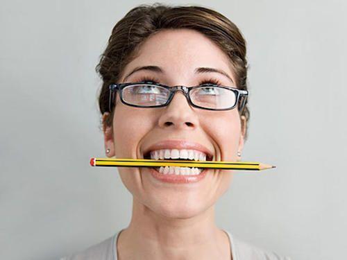 Les maux de têtes peuvent disparaître en mettant un crayon entre les dents.
