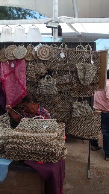 Bolsos en fibra vegetal, artesania hecha en Chile.
