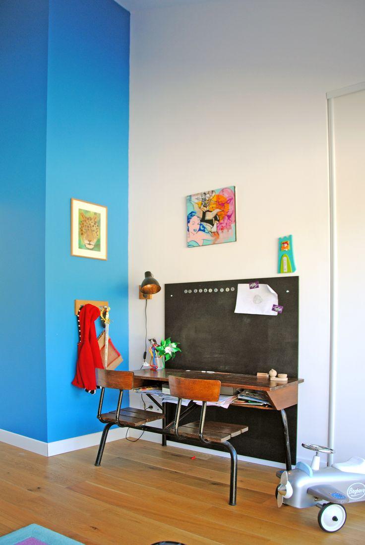 Aurélia Foyatier Architecte à Lyon - construction maison - chambre enfant bleu et blanche - bureau écolier en bois - tableau noir - lampe vintage - parquet chêne vernis #architecture #architecte #lyon #extension  #renovation #construction #chambre #enfant #parquet #chene  #bleu #blanc #bureau #ecolier #vintage