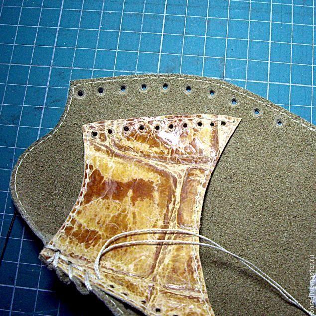 В летнюю жару совсем не хочется надевать закрытые толстые тапочки. Предлагаю сотворить для ваших ножек облегченные летние тапочки-следочки. Я шила из куска довольно толстой натуральной замши, но также для работы подойдет и натуральная или искусственная кожа, фетр, плотная ткань или нетканый материал. Понадобится кусок примерно 35 х 35 см. Для начала сделаем выкройку.