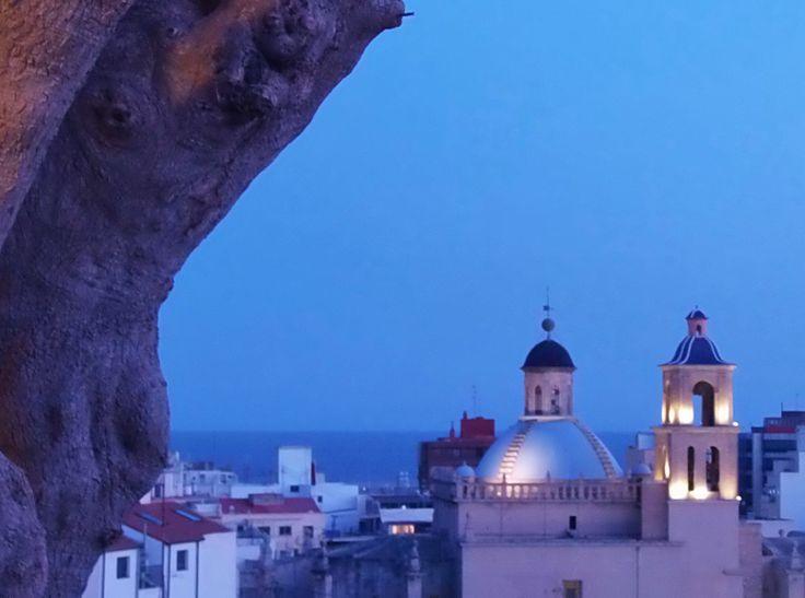 Cúpula de San Nicolás de Bari desde Santa Cruz (Alicante, España).  Cathedral of San Nicolás from Santa Cruz (Alicante, Spain).