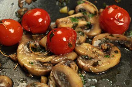 Συνταγές για ορεκτικά / Μανιτάρια Σωτέ με Ντοματίνια και Δενδρολίβανο / thefoodproject.gr