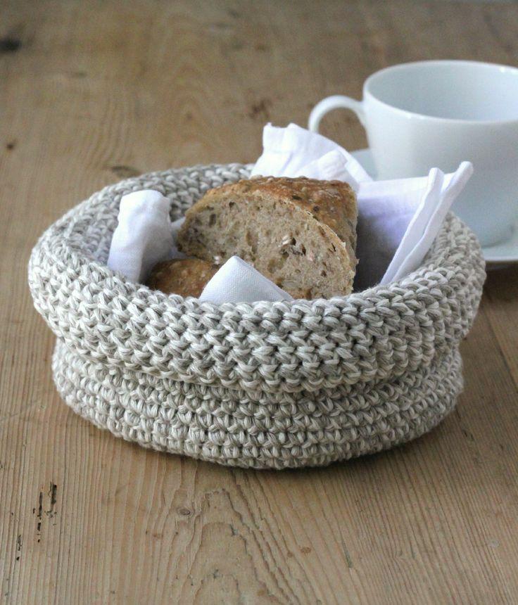 Man kan godt blive lidt bidt af at hækle de små fine kurve ( jeg blev det jo i hvert fald!), og de kan jo bruges til alt muligt. Den ombukkede kant giver godt stabilitet, så den er f.eks. god som brødkurv. Garnet er en rustik blanding af hør og bomuld, som kan maskinvaskes.  Hæklet brødkurv med rullekant Det…