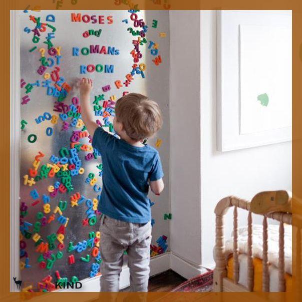 """Damit der """"Buchstabensalat"""" nicht unnötig auf dem Boden und in den Ecken des Kinderzimmers verwahrlost, empfiehlt sich ein einfaches Magnetboard für die Wand, auf der alle Magnetbuchstaben wunderbar haften bleiben. http://www.elitekind.de/magazin/10-lifehacks-die-eltern-und-kindern-gefallen/"""
