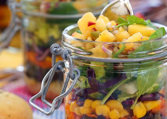 En trevlig sallad som är enkel att ta med sig. Variera innehållet med dina favoritgrönsaker. Ananas och avokado är en jättehärlig smakkombination som piggar upp den här salladen. Salsan fungerar även bra som tillbehör till grillkvällarna.