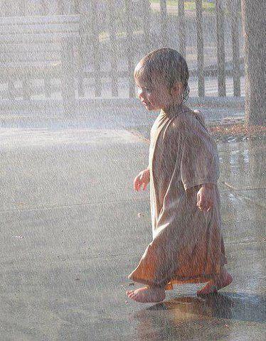 Chuva, sempre olho como um banho de amor e luz! Danço, canto, durmo ao som dela, sonho tomando meu café... e conto quando escorre pela janela do carro.