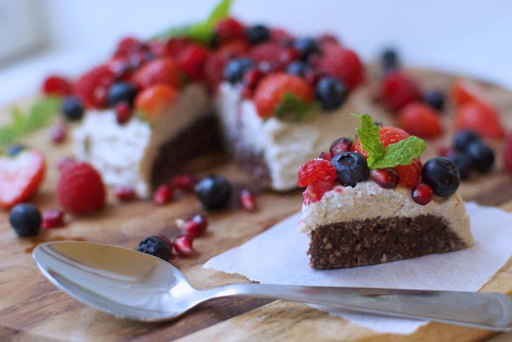 Her er en kage, der smager syndigt, men som du med god samvittighed kan tage et ekstra stykke af. Costumes sunde bidragsyder giver dig opskriften på en lækker raw cake uden mel og tilsat sukker