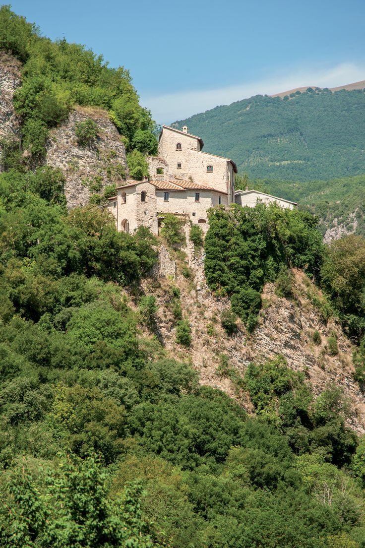 Ponte - Appollaiato su una piramide rocciosa, si scorge da lontano il castello di Ponte (m 441 s.l.m.) (62) da cui vegliarono sentinelle italiche, poi romane e longobarde. La rocca più antica al vertice dello scoglio, diede il nome al gastaldato longobardo di Ponte, fondato da Lotario II, soggetto ai duchi di Spoleto e che nel sec. VIII si estendeva fino a Norcia.
