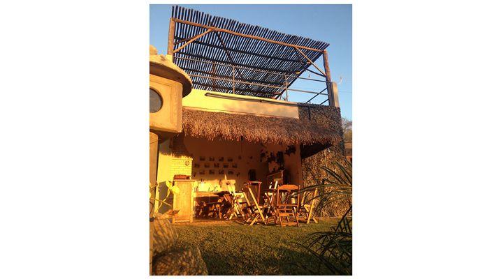 Edicula Residencia em Atibaia - Detalhe para a cobertura da garagem feita toda em Eucalipto tratado.
