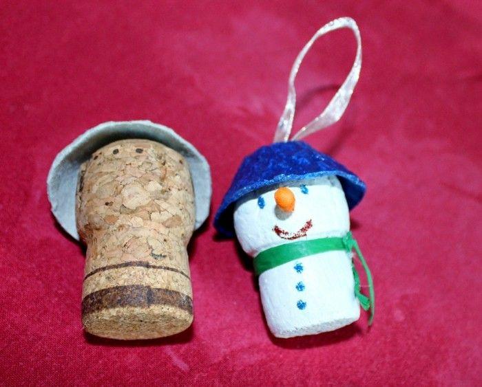 hombre de nieve pequeño hecho por tapa de corcho