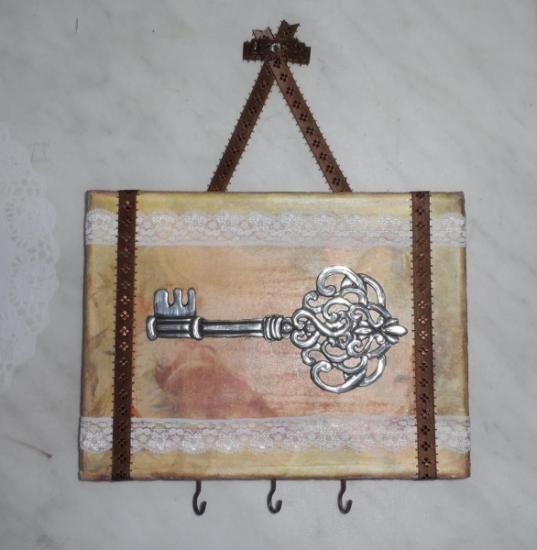 Colgador para llaves repujado en estaño.Hanger for keys embossed tin
