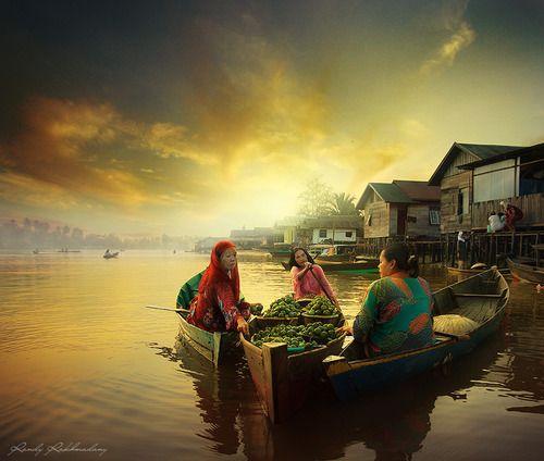 Marche flottant au sud de Borneo, Indonesie.