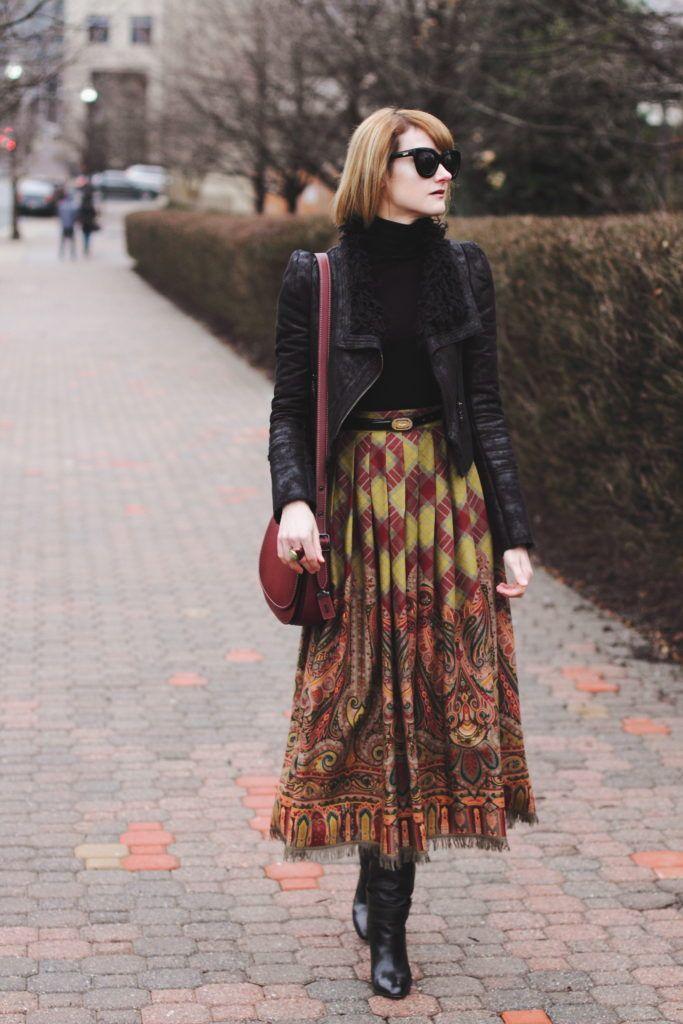 черная водолазка, кожаная куртка, и старинный коричневый юбка