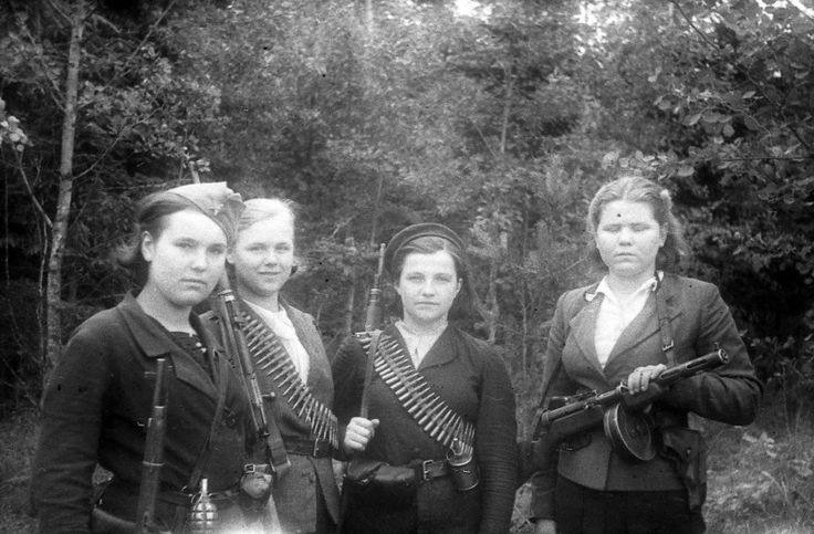 Девушки — бойцы белорусского партизанского отряда с личным оружием