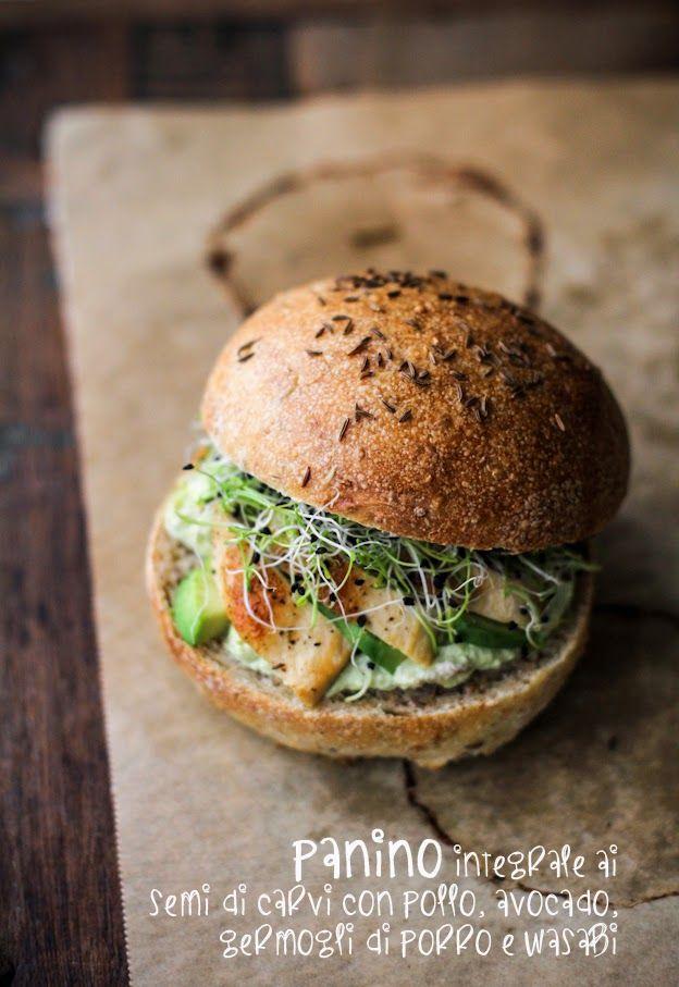 Panino integrale ai semi di carvi con pollo rosolato, avocado, wasabi e germogli di porro