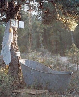 Zinken badkuip met douche onder de boom. Prachtige sfeer....... Koperen