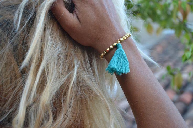 Perles en plaqué or 24 carats - Bracelet a pompon - couleur au choix de la boutique JeanneSummer sur Etsy