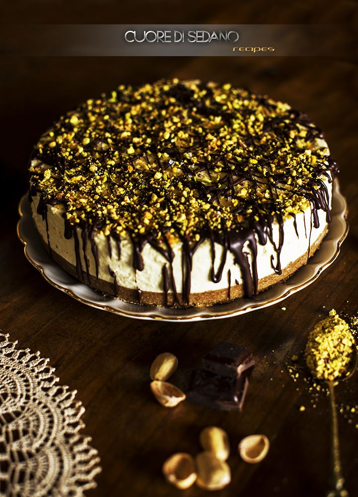"""Per la rubrica """"Un dolce per ogni domenica"""", la proposta di una deliziosa cheesecake al pistacchio, un dolce al cucchiaio cremoso e delicato. Una ricetta fresca e golosa, da poter gustare in ogni mome"""