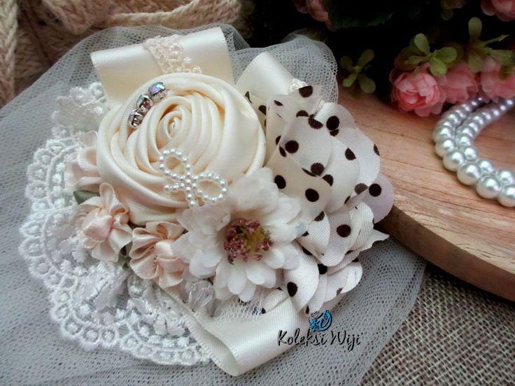 http://koleksiwiji.com/product/isti-janettra Isti Janettra Size : 10 cm Colours : cream Materials : satin doble side ribbon, lace and kristal  bros bunga, bros cantik, bros hijab, bros kain, Bros korsase, koleksiwiji, pins bros -  - #BrosBunga, #BrosCantik, #BrosHijab, #BrosKain, #BrosKorsase, #Koleksiwiji, #PinsBros -