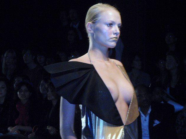 London Fashion Week: Bora Aksu, Teresa Cruz Almeida, Bernard Chandran  http://ona.idnes.cz/extravagance-v-londyne-muzi-na-podpatcich-i-odhalene-dekolty-prh-/modni-trendy.aspx?c=A100918_233333_modni-trendy_ves