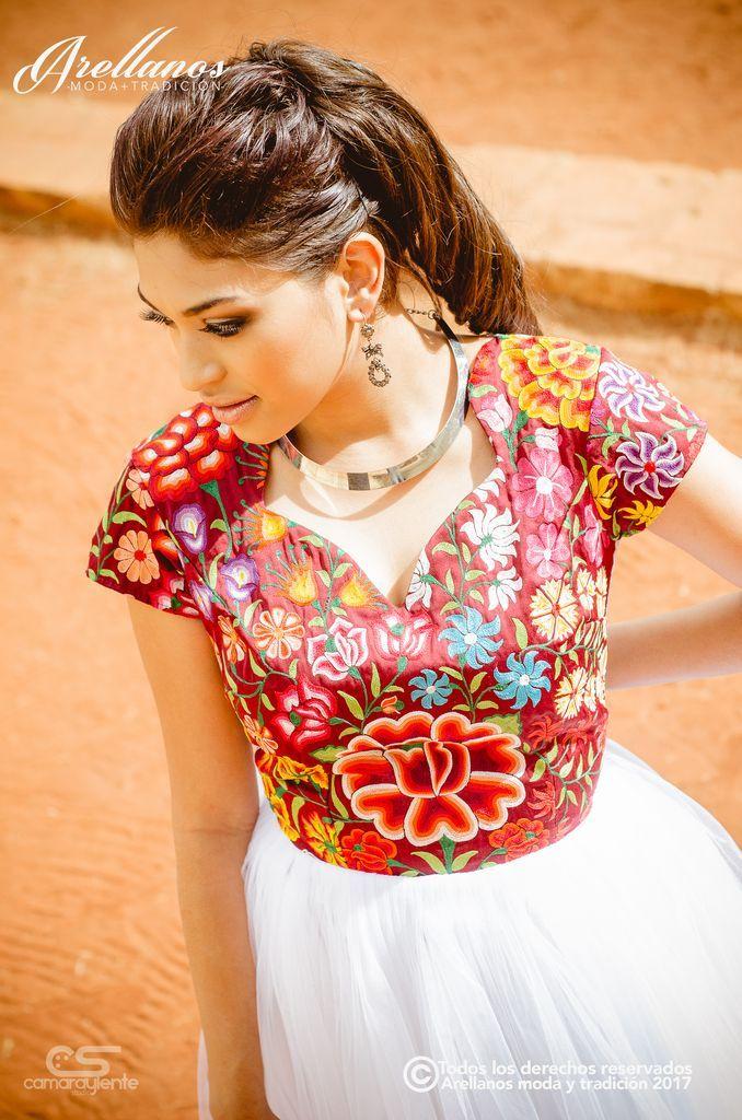 Malena - Arellano's - Folklor a la Moda-Tela: Tul novia y guipiur Tipo de bordado: A mano con aguja o gancho Región en que elabora: Istmo de Tehuantepec Diseño: Vestido con espalda de guipiur con transparencia y falda plisada de tul