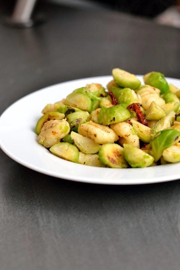 Gnocchi-Pfanne mit Rosenkohl und getrockneten Tomaten (vegan)