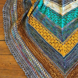 Quality street is a triangular shawl. It´s knitted top-down with both textured and lacy fabric. It has a bit of colorwork, but you only work with one color at a time.