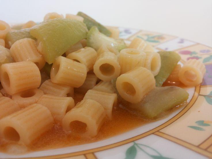Ecco un piatto tipico della cucina siciliana, ovvero la pasta con zucchina siciliana, tipica zucca che si trova solo nel meridione soprattutto in Sicilia.