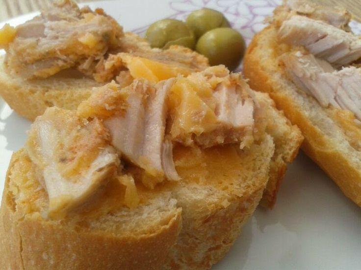 """Me sabe a Málaga: Lomo en manteca """"colorá"""" Ingredientes:  1 Kg de lomo de cerdo 1 Kg de manteca de cerdo 1 cabeza de ajos orégano pimentón dulce vinagre (al gusto) Sal Un chorrete de aceite de oliva frito"""