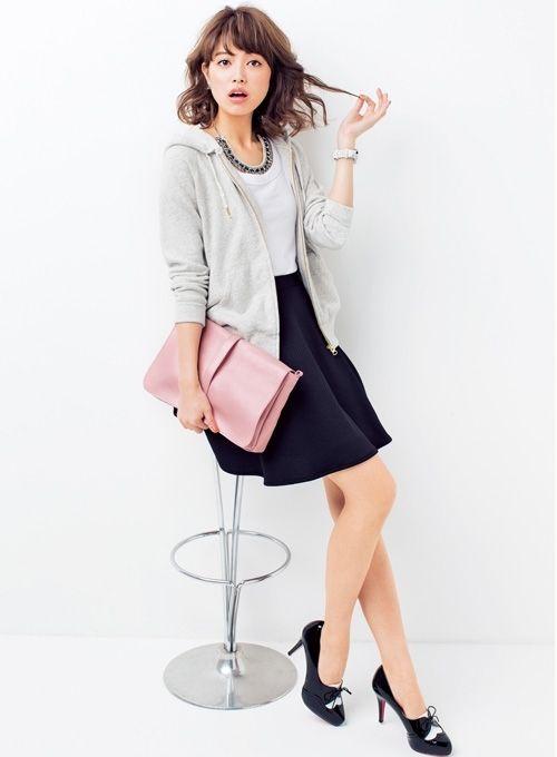 グレーパーカーコーデ:  黒スカートが可愛いコーデ モノトーンコーデにピンクのクラッチバッグで 春らしさをプラス