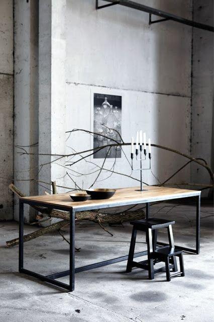 Una mesa vintage industrial que se hace de madera y metal. Una combinación exitosa.