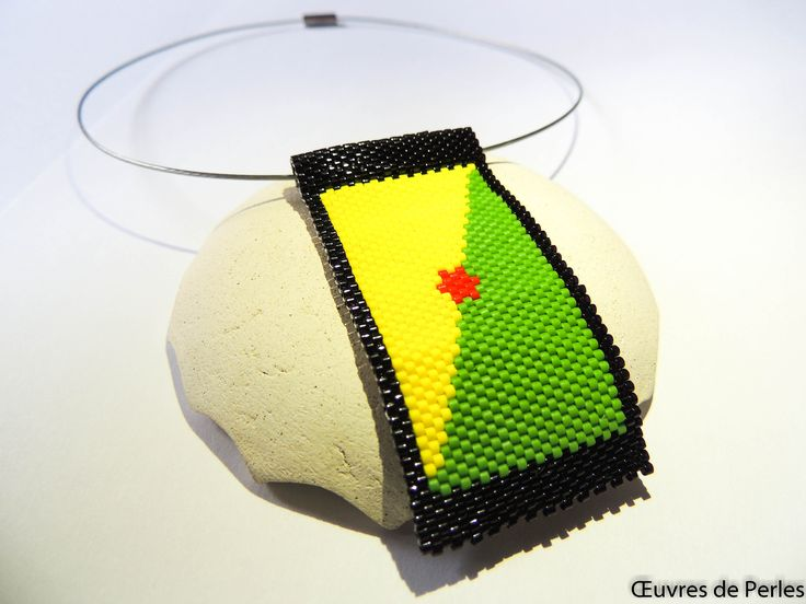 Pendentif drapeau de la Guyane en peyote en perle Miyuki delicas noir rouge jaune vert Bijoux rastafarian Drapeau de la Guyane Bijoux rasta de la boutique OeuvresdePerles sur Etsy