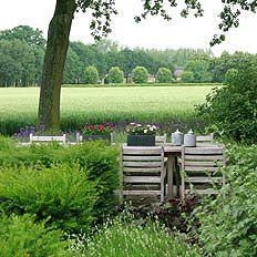 http://www.tuindesign-ten-horn.nl Tuinarchitect - tuinontwerp. Klassieke landelijke achtertuin in Limburg met mooi uitzicht, haagjes en een gezellige eettafel.