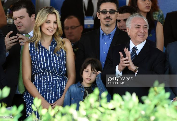 Brazilian President Michel Temer (R), his wife Marcela and their son Michel attend an Independence Day's parade in Brasilia on September 7, 2017. / AFP PHOTO / Sergio LIMA