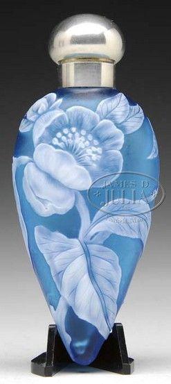 botellas, frascos y tarros, Inglaterra, Una Cameo Inglés acostó botella de perfume, que se atribuye a Webb, zafiro azul y decorado con un patrón de amapola y el follaje alrededor de toda la botella en verde vivo.  Este perfume tiene un extraordinario detalle y se completa con la tapa de plata y tapón de vidrio.  Sin signo.
