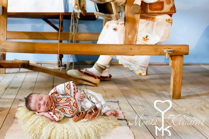 Monika fotí novorodencov v slovenských krojoch: Krojované bábätká majú ešte len 10 dní a to z tohto dôvodu