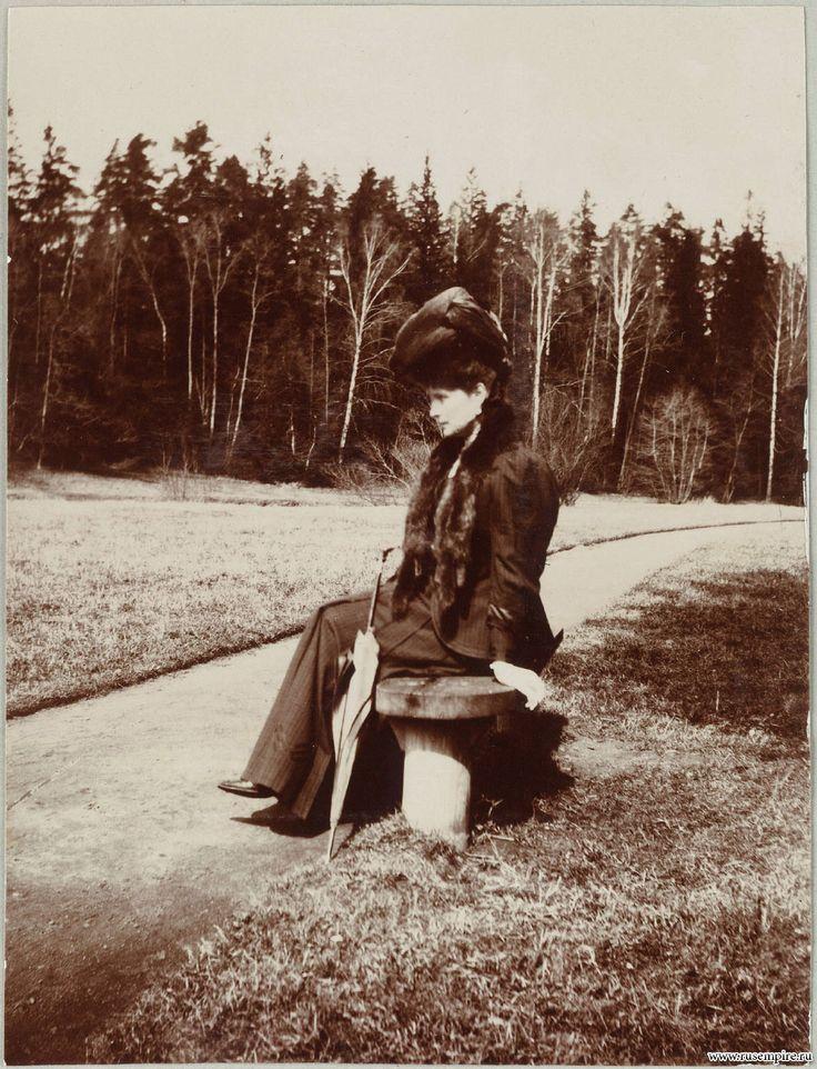 Александра Федоровна на лавочке