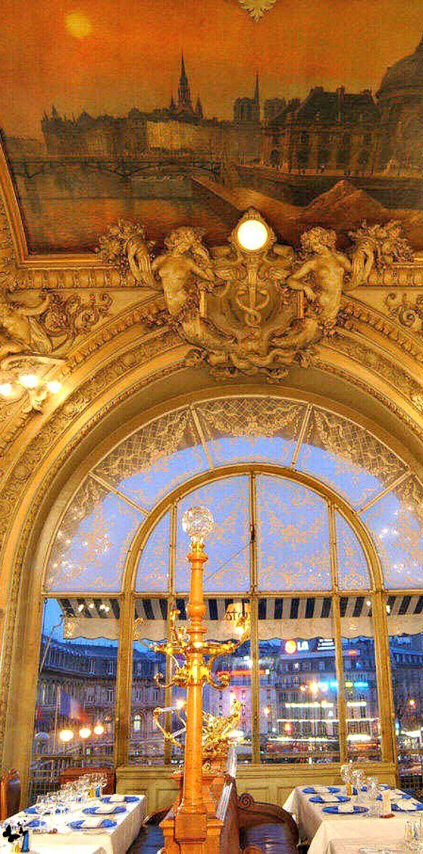 """Le fameux café de Paris  """"Le Train Bleu""""."""