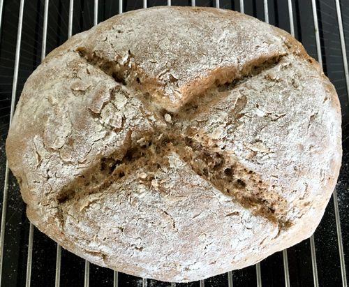Variant op Iers #sodabrood. Binnen een uur op tafel: #rogge-soda brood. Gemaakt zonder gist, maar met baking soda; luchtig #gezond brood dat in no-time gemaakt is.