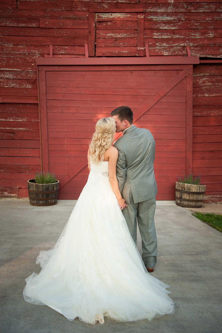Barn Wedding Ideas | Wedding Venue Ideas | Rustic Wedding Ideas | Red Barn | www.rusticgraceeestate.com | Live. Laugh. Photograph.