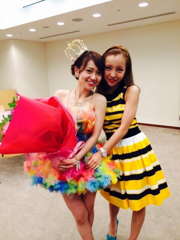 板野友美 @tomo_coco73 優子の卒業LIVEみてきました‼︎ 凄く輝いていました。 やっぱり優子の笑顔は素敵ー。 これからも優子らしく頑張ってね pic.twitter.com/nFZPSksIYz