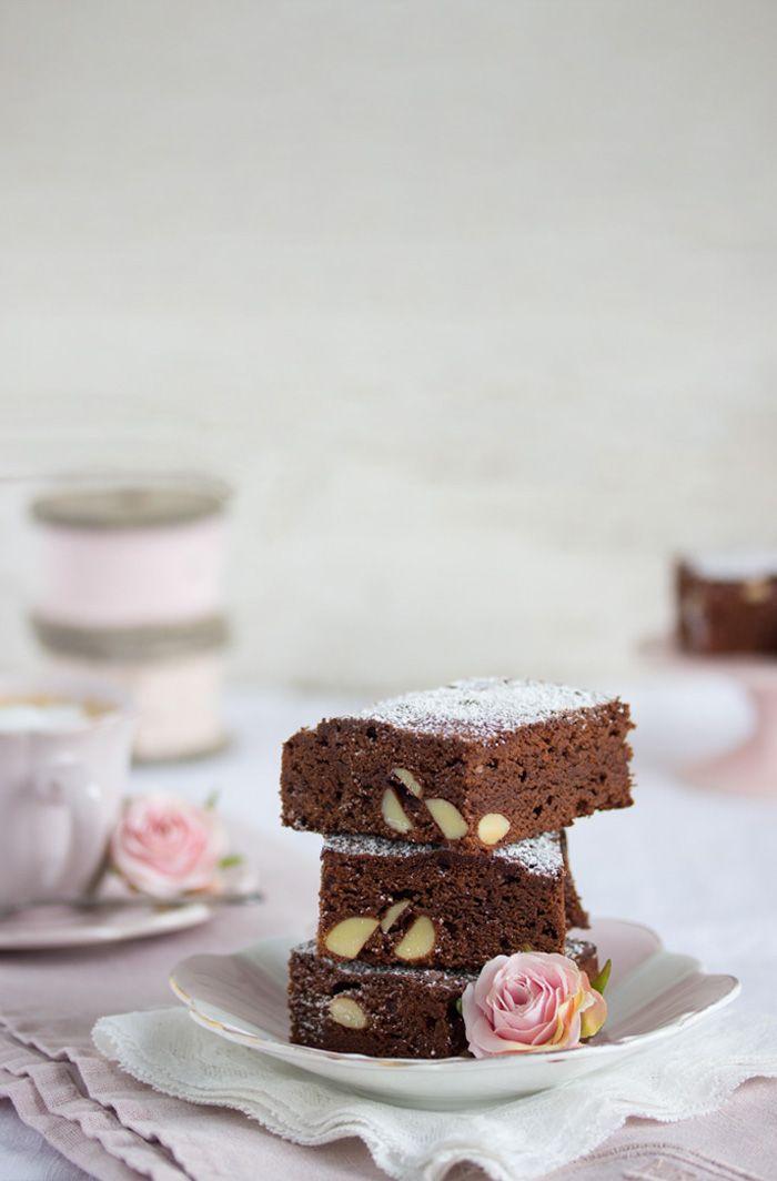 Schon mal was von Killer Schokolade gehört? Hier kommt siein Form von Mandel – Brownies. Feine Bitter Neunundneunzig – Prozent!Das klingt fast wie hundert Prozent Schokoladenglück;) G…